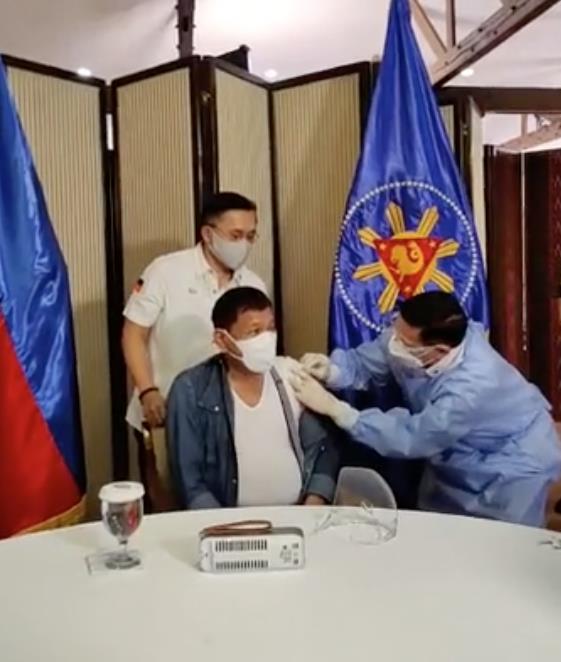 菲律宾总统杜特尔特接种中国新冠疫苗