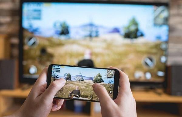 """调查:74%的网友离不开手机 成年人也应该""""防沉迷""""?"""