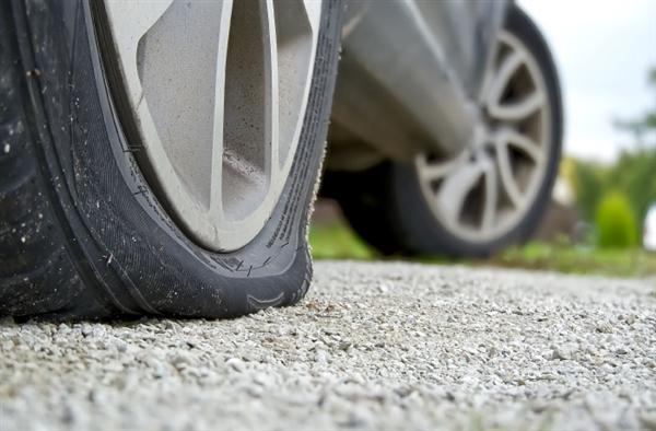 奥迪A8轮胎被路面深坑干坏 车主损失1万8!路政、保险均不管