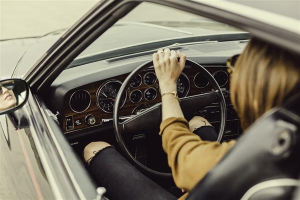 女子驾车跟随导航误入高速后吓哭:我没开过高速
