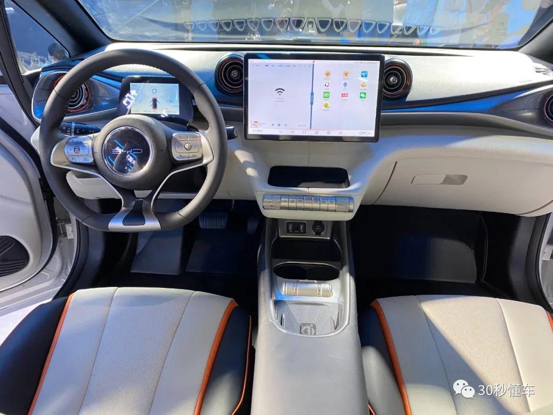 电动小可爱 9.38万起售 续航405km 车展直击比亚迪海豚