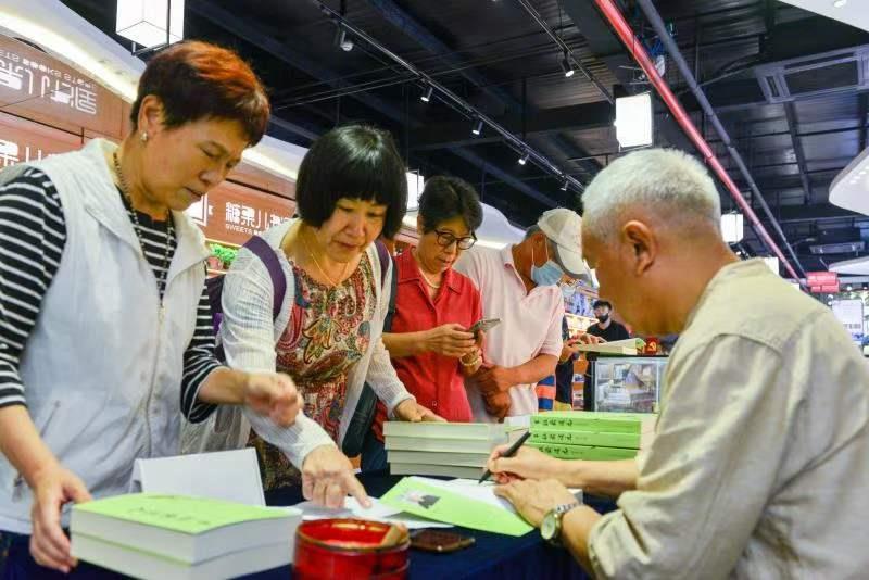 京郊怀柔七旬老翁徐东升向市民免费签名赠书