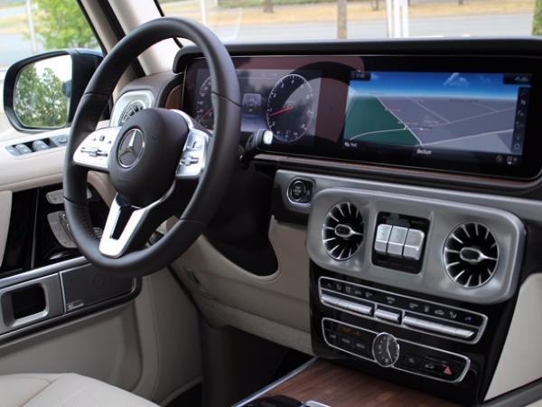 外观方面:2019款奔驰G500延续了朴实无华的复古风格,在经典中穿插现代。但设计更为 突出的前保险杠、全新的侧后视镜和轮毂造型,让其显得更加动感和具备攻击性。增添时下流行的LED日间行车灯设计,而尾部基本无变化,保留了其一贯硬朗的设计风格。18款墨版奔驰G500不过外观并不低调,劳伦士为它带来了类似AMG版本的运动包围。前保险杠被分成了三个方形的进气口。轮圈则装上了和AMG款式相近的大五星款式,并采用黑色设计,加上整个黑色的车身,流露出霸气的气质,这套轮圈尺寸达到了22英寸,采用轻质合金打造,配上295/35 R22的轮胎。
